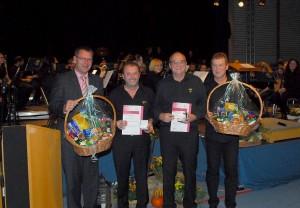 Bürgermeister Michael Schmidt ehrte Andreas Stösser und Harald Fuchs im Namen des Blasmusikverbandes (von links).